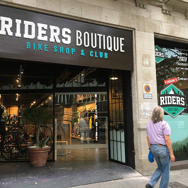 Letrero luminoso exterior fachada Riders Boutique en Barcelona