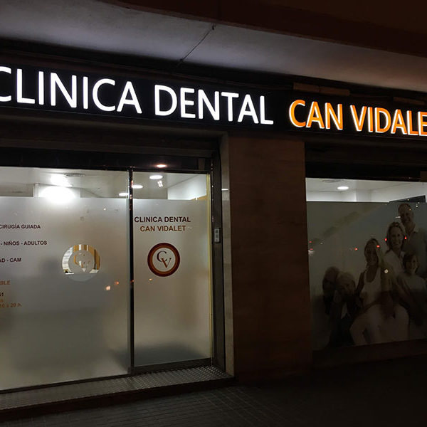 Rótulo luminoso clinica dental Can Vidalet