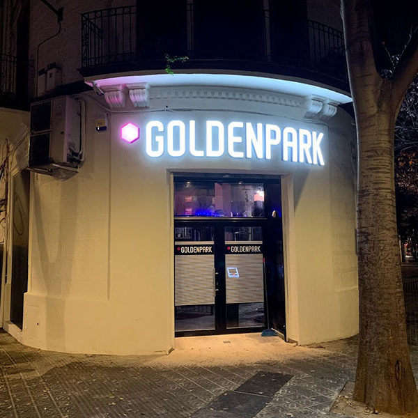 Rótulo luminoso exterior fachada GolenPark en Barcelona